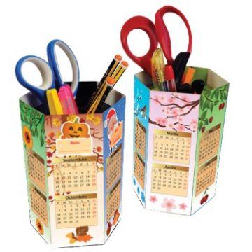 Suport pentru creioane cu calendar (Sinapsis)
